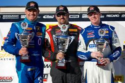 GT-A领奖台:马切罗·哈恩(左,第二名),迈克尔·米尔斯(中,第一名)和阿莱克斯·威尔奇(右,第三名)