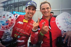 Il vincitore della gara Lucas Di Grassi con Hans-Jürgen Abt