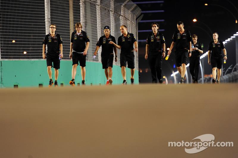 Sergio Pérez, Sahara Force India F1 camina por el circuito