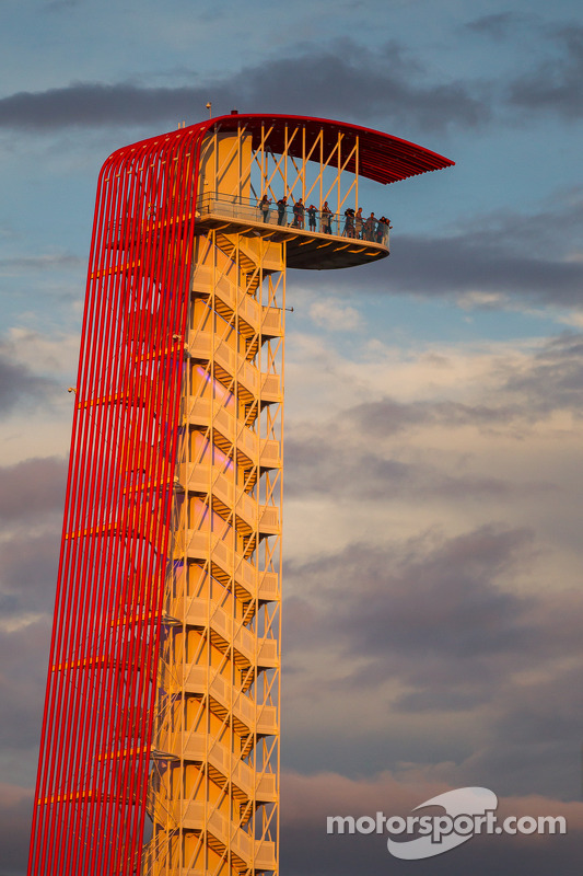 Circuito das Américas: torres, durante por do sol, na sexta