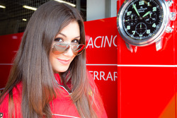 Une charmante hôtesse Kessl Racing
