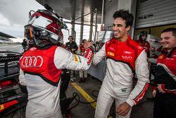 Pole kazananı Christopher Mies kutlama yapıyor ve Cesar Ramos