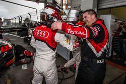 Pole kazananı Christopher Mies kutlama yapıyor ve Belçika Audi WRT Klübü Takımı team members