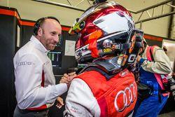 Polewinnaar Christopher Mies viert feest met Belgian Audi Club Team WRT-teambaas Vincent Vosse