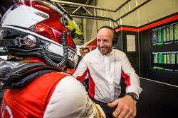 杆位获得者 Christopher Mies 和比利时奥迪俱乐部车队WRT车队老板Vincent Vosse庆祝