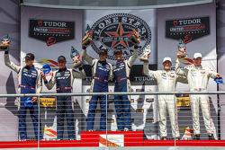 GTLM领奖台:第一名乔纳森·伯纳瑞托,库诺·维特默,第二名多米尼克·法恩巴赫,马克·古森斯,第三名帕特里克·隆,迈克尔·克里斯滕森