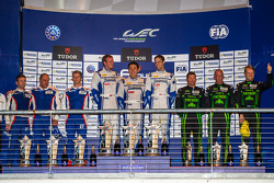LMP2组领奖台:冠军马修·豪森,理查德·布拉德利,松田次生,亚军谢尔盖·兹罗宾,尼古拉斯·米纳西安,毛里齐奥·梅迪亚尼,第三名斯考特·夏普,瑞安·达尔齐尔,艾德·布朗