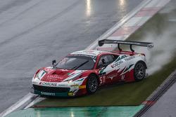 #51 AF Corse Ferrari 458 Italia: Filipe Barreiros, Peter Mann, Francisco Guedes roda após perder o c