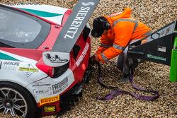 #51 AF Corse Ferrari 458 Italia: Filipe Barreiros, Peter Mann, Francisco Guedes sendo resgatado após