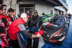 Yarış galibi ve Blancpain Dayanıklılık Serisi şampiyonu Laurens Vanthoor kapalı parka giriyor