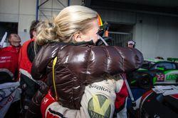 Yarış galibi ve Blancpain Dayanıklılık Serisi şampiyonu Laurens Vanthoor kutlama yapıyor ve kız arka