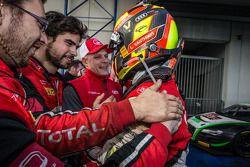 Yarış galibi ve Blancpain Dayanıklılık Serisi şampiyonu Laurens Vanthoor kutlama yapıyor