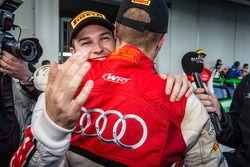 Yarış galibi ve Blancpain Dayanıklılık Serisi şampiyonu Laurens Vanthoor kutlama yapıyor ve Christop