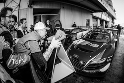 Vencedor da corrida e Blancpain Endurance Series campeão Laurens Vanthoor enters parc fermé
