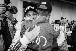 Vencedor da corrida e Blancpain Endurance Series campeão Laurens Vanthoor celebra com Christopher Mi