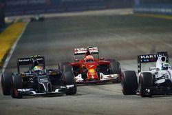 Kimi Raikkonen, Ferrari F14-T, Esteban Gutiérrez, Sauber C33, y Felipe Massa, Williams FW36