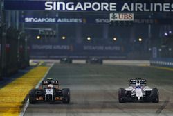 塞尔吉奥·佩雷斯, 印度力量F1 VJM07赛车,和瓦塔里·博塔斯, 威廉姆斯FW36赛车,争夺位置