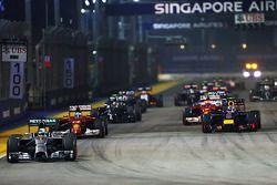 Lewis Hamilton, Mercedes AMG F1 W05, lidera no início da corrida