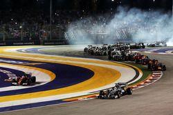 Lewis Hamilton devant au départ alors que Fernando Alonso sort trop large