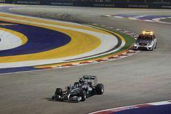 Nico Rosberg, Mercedes AMG F1 W05 deja el pit-lane en el inicio de la carrera