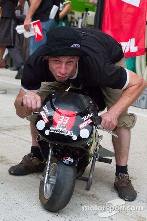 在小摩托车周围消磨时间