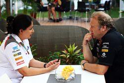 Monisha Kaltenborn, director del equipo Sauber con Robert Fernley, Sahara Force India F1 Team Subdir