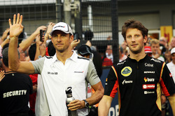 Jenson Button, McLaren y Romain Grosjean, Lotus F1 Team en el desfile de pilotos