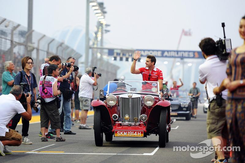 玛鲁西亚F1车队的朱尔斯·比安奇在车手巡游