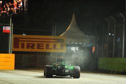 Kamui Kobayashi, Caterham CT05 retirado de la carrera en la vuelta de formación