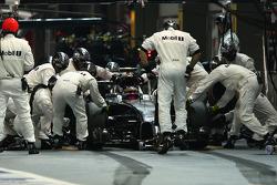Kevin Magnussen, McLaren MP4-29 hace una parada en boxes