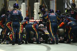 Daniil Kvyat, Scuderia Toro Rosso STR9 hace una parada en boxes