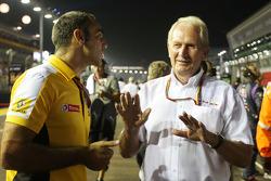 Cyril Abiteboul, Director de general de Renault Sport F1 con el Dr. Helmut Marko, Red Bull Motorsport Consultor de la parrilla