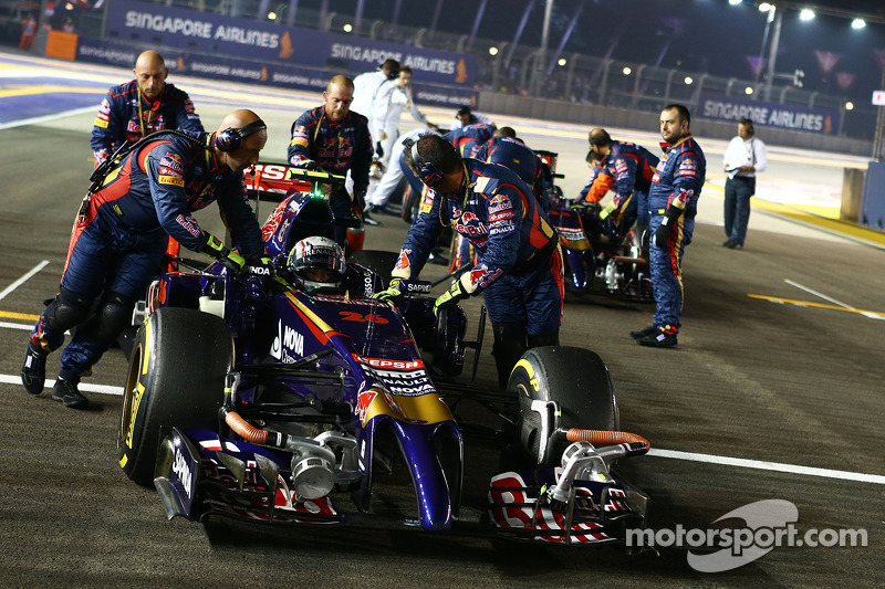 Daniil Kvyat, Scuderia Toro Rosso STR9 and Jean-Eric Vergne, Scuderia Toro Rosso STR9 on the grid