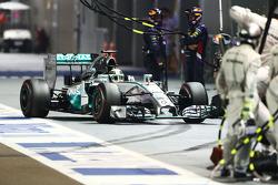 Lewis Hamilton, Mercedes AMG F1 W05 hace una parada en boxes