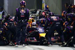 Daniel Ricciardo, Red Bull Racing RB10 hace una parada en boxes