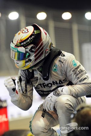 Vainqueur: Lewis Hamilton, Mercedes AMG F1 heureux dans le parc fermé