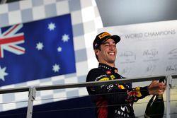 Daniel Ricciardo fête sa troisième place sur le podium