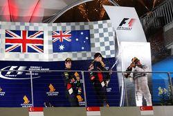 比赛获胜者 刘易斯·汉密尔顿, 梅赛德斯AMG F1车队;丹尼尔·里卡多, 红牛车队;和塞巴斯蒂安·维特尔, 红牛车队