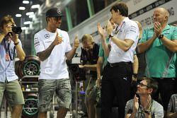 比赛获胜者 刘易斯·汉密尔顿, 梅赛德斯AMG F1车队,和车队一起庆祝