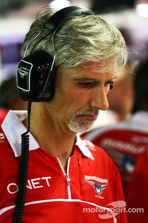 Damon Hill, Sky Sports Sunucusu joins Marussia F1 Takımı mekanikerleri