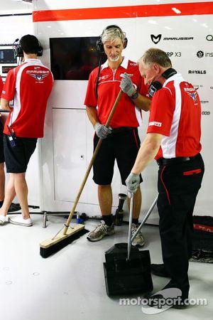 Damon Hill, Sky Sports F1, und Johnny Herbert, Sky Sports F1, als Mechaniker beim Marussia F1 Team