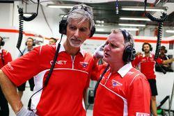 Damon Hill, Apresentador da Sky Sports e Johnny Herbert, apresentador da Sky Sports F1 trabalham, com os mecânicos da Marussia F1 Team