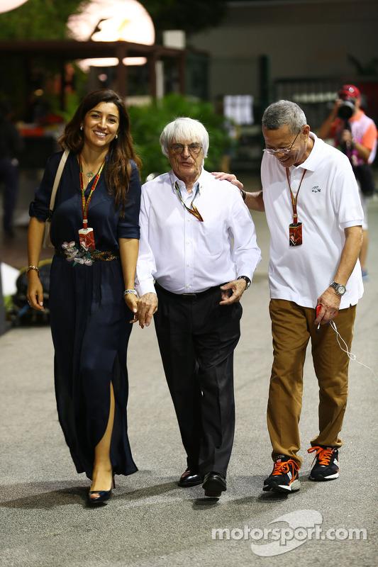 Bernie Ecclestone com sua esposa Fabiana Flosi, e Colin Syn, promotor do GP de Cingapura