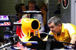 El Red Bull Racing RB10 de Sebastian Vettel, trabajan en la segunda sesión de práctica