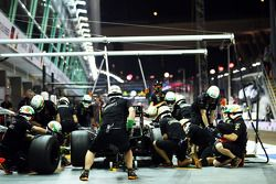 Boxenstopptraining: Sergio Perez, Sahara Force India F1 VJM07