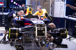 Red Bull Racing mecánicos trabajan en el coche de Red Bull Racing RB10 de Sebastian Vettel, Red Bull