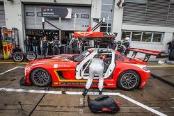 进站:#18 Black Falcon 梅赛德斯 SLS AMG GT3: Anders Fjordbach, Vladimir Lunkin, Devon Modell