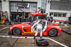 Pit stop para o #18 Black Falcon Mercedes SLS AMG GT3: Anders Fjordbach, Vladimir Lunkin, Devon Mode
