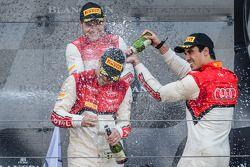 Podio della categoria Pro-Cup: champagne per Cesar Ramos, Laurens Vanthoor e Christopher Mies