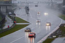 Güvenlik aracı arkasında yarış heyecanı